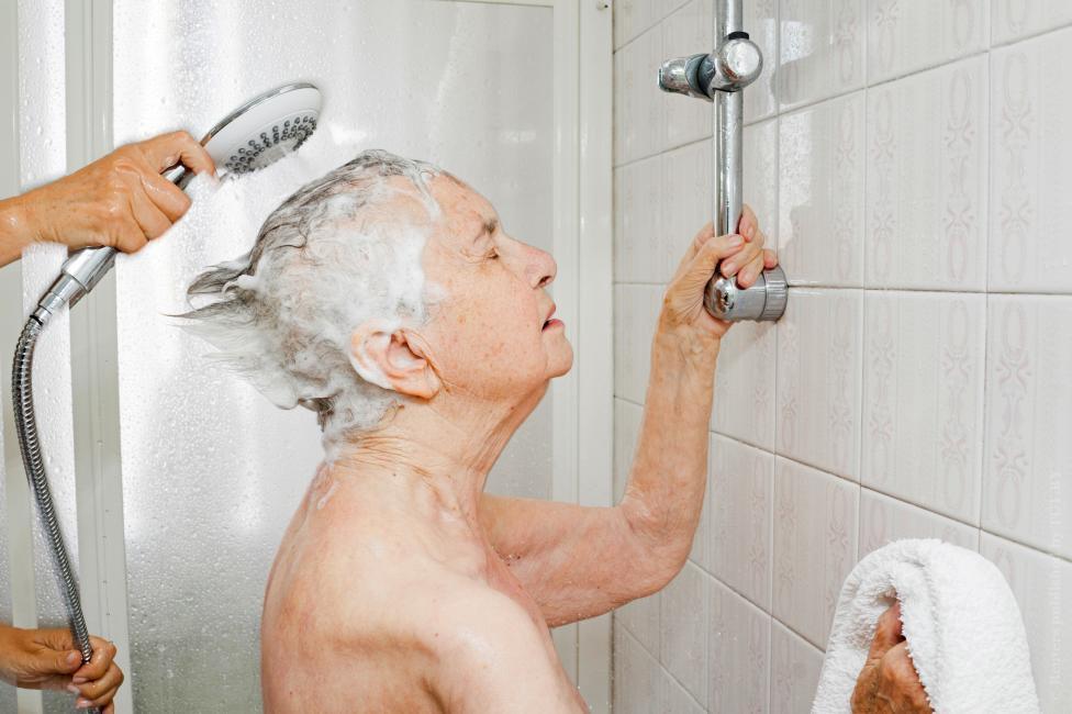 бабушку раком в ванной бесплатно