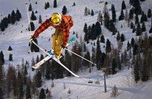 flying over the trees / Mute - ньюскулер со скрещенными лыжами, правой рукой хватаем переднюю часть левой лыжи