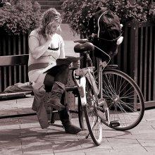 / Подсмотренная картинка, привычная для Копенгагена. Девушка, студентка, - в ожидании молодого человека (он подкатит на своем велосипеде) . Характерно одета: мягкие сапожки, короткое трикотажное платье - велосипед не ограничивает. )) Вся велоистория - здесь:   http://photoclub.by:80/work.php?id_photo=84815&id_auth_photo=2965#t
