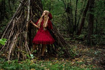 В гостях без хозяина / модель Кира Полевая платье предоставлено студией «Косплей»