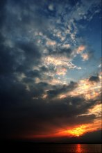 Закат над озером / ******