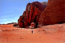 Красная пустыня / Вади Рам в Иордании, или как ее иногда называют: Красная пустыня.  Почти никого в тот день там не было. Сын ушел вперед. ))