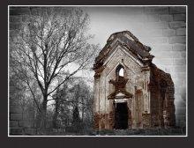 / Где-то на старом кладбище...