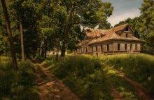 Усадебный дом Рейтанов / В этой усадьбе в Грушевке родился и умер Тадеуш Рейтан. Человек, который будучи послом от Новогрудчины на Варшавском сейме, выступал против первого большого раздела Речи Посполитой в 1773 году. Не выдержав раздела, через несколько лет он покончил с собой. Одноэтажный каменный усадебный дом в конце 19 века был аккуратно разобран последним из Рейтанов Юзефом. На старом фундаменте был построен деревянный дом.  Когда ходишь по дому - ощущение, что хозяева его покинули совсем недавно. В комнатах сохранился паркет(почти во всех), в каждой комнате свой узор. Видна отделка потолка и стен. Подвал и вовсе - серьезнейшее бетонное(?) строение. Далеко не смогла забраться, ибо компанию мне не составили, а там темно и...