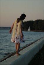 / Комментарий.  Ну что ж, напишем комментарий. Это фото – история о девушке и ее возлюбленном.  Девушка гуляла по берегу синего моря и ждала, пока ее любимый починит свой корабль. Солнце клонилось к закату, и он позвал ее, поднялись они на борт корабля, взявшись за руки. И уплыли в синее море, далеко, далеко.Они спустились в каюту. И тут поднялся шторм, и пучина поглотила их утлое суденышко. В общем, все умерли…