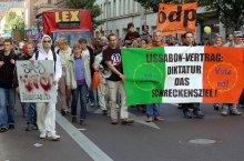 Nein zur EU-Diktatur / Демонстрация против принития Лиссабонского договора.  Организаторы Экологическая демократическая партия (ÖDP).  Основное требование - вынесение вопроса о подписании Лиссабонского договора на общенародный референдум.   Требование не выполнимо, так как решение по данному вопросу в Германии принимал парламент и договор уже ратифицирован и подписан, правда пока еще  не совершён обмен ратификационными грамотами, для соблюдения всех формальностей.   Единственной страной в ЕС, которая не ратифицировала договор остается Ирландия, в которой проходил народный референдум.  http://ru.wikipedia.org/wiki/Лиссабонский_договор