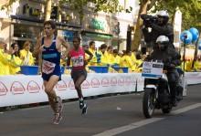 Berlin Marathon 2009 / Самый быстрый марафон в мире (40.000 участников), последние два года на этой трассе по улицам Берлина устанавливался мировой рекорд легендарным бегуном Haile Gebrselassie. http://www.telegraf.lv/news/gebreselassi-vyigral-berlinskii-marafon-bez-rekorda  В этом году рекорда не получилось, так как марафон стартовал на неделю раньше чем обычно, из-за того, что в следующее воскресение в Германии выборы в Бундестаг.  Идеальная температура рекордов 14-16 градусов и обязательно должно быть пасмурно, но сегодня было тепло около 20 градусов и жарило солнце.  Хотя для установки рекорда делают все возможное и все четко просчитывают. На Хайле постоянно работают по 2 пейсмейкера, задающие нужную скорость. Он всегда бежит за их спинами.  В кадре дебютантка Mamitu Daska (Эфиопия), 10 минут назад она финишировала заняв третье место с результатом 2:26:23