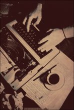 Писатель / В этой карточке писатель должен поставить один последний знак и потянуться за чашкой. Когда в голову приходят какие-нибудь мысли, пальцы его начинают бешенно стучать по клавишам печатной машинки. Машинка старая...  Нет, машинка далеко не нова, но и не такая уж старая, чтобы распространять вокруг ауру писательской романтики. Ничего лучше у Андрея Анатольевича Малдера, к сожалению, нет. А виноваты во всём украинские пограничники.  Вся история: http://tamriel.livejournal.com/352872.html