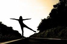 Расправив свои крылья / Нас покорил не ангел тот, Что спрятался в тебе давно, Не приручил нас демон тот, Что ангела влюбил в себя того. Нас просто тянет тот магнит И пламя жаркое в том сердце, Как волк тот воет при луне И не дает душе одеться. Обнажена себе сама, Не знающая от себя защиты, Ты до сих пор идешь одна, Свергая каменные плиты. Ты приручила нас собою… Любить тебя – подарок всех. Будь приручённая судьбою: Любить – не грех…