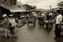 """Рынок Дам / Продолжу вьетнамскую тему. Давно хотел выложить этот снимок: рынок Дам в Нячанге (по нашим меркам, -областной город)).  Часов 7 утра.   Это повседневный Вьетнам, провинциальный, не """"экспортный""""."""