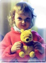 алинка и пух / девочка с игрушкой