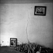 / забрел в заброшенную хату в вымирающей деревеньке... хозяев давно в живых нет, а фотография на стене висит по-прежнему...