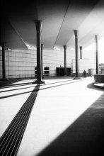 *С У Д* / Городской суд Пескары, Италия. Человек в дальнем углу долго стоял, не решаясь зайти...