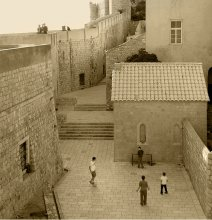 Футбол в старом городе II / Второй снимок из этой серии. Он похож на первый, но другой: более точный по композиции, расположению играющих и тонировке.   Дубровник.