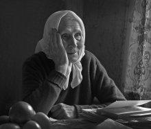/ непостановочный портрет пожилой женщины  естественное освещение