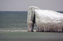 Мамонт / Эта глыба-лед и снег. Стоит все на волнорезах, деревянные столбики, которые чуть видны из моря.