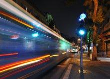 Текучесть времени / 2 секунды:  автобус-пролетел,  пешеходы-прошмыгнули,  автор-затаил дыхание,  время-растеклось в пространстве.