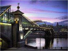 У Киевского вокзала. / Москва. Пешеходный мост через Москва-реку у Киевского вокзала.