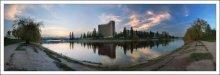 Русановка. Славутич. / Русановка -жилой массив в Киеве. Уникальное место. Он стал, одним из первых в мире, массивом построенным полностью на намывных грунтах, которые были намыты на 3—-5 метров до не затапливаемых отметок. От левого берега остров был отделён искусственным проточным обводным каналом длиной 2 тысячи 700 метров, глубиной 3—-4 метра и 40 метров шириной.