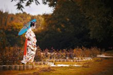 Гейша / ... подсмотрено сегодня в центре Минска ;)  Юная гейша вдохновенно танцует, бабочкой веер… Ролью актрисы скрыты мысли ее и чувства.