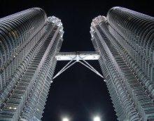 Дотянуться до звёзд / Башни-близнецы Петронас в г.Куала-Лумпур (Малайзия). Ноябрь, 2009 года. Строительство длилось 6 лет (с 1992 по 1998 год) и удачно завершилось до наступления финансового кризиса, поразившего банковскую систему азиатских стран в конце XX века. Каждая из башен содержит по 88 этажей, высота сооружения вместе со шпилем достигает 452 метров, тогда как крыша располагается «всего» в 378.6 метрах над землей.