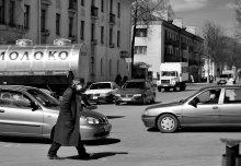 не спеша - на пятой передаче... / Иду на встречу цветным витринам мимо пролетают дорогие лимузины... из песни гр. Танцы минус