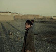 """портрет в тибете / лучший портрет в поездке случился вдруг. Тибет - это территория Китая, на которую он старательно привносит все блага цивилизации (мобильную связь, электричество, дороги, туристов, бильярд, кока-колу и множество приятных мелочей, без которых мы уже и не знаем как жить). И вроде как эта самая цивилизация ничего не просит взамен, и всё же...  жизнь в деревнях рядом с основными туристическими маршрутами поменялась полностью -  у людей стало больше денег и меньше жизни в глазах. Сами тибетцы очень просты, добродушны,  неприхотливы и искренние. Им интересно всё новое и необычное. Но это новое входит в их жизнь плотным строем и меняет основные законы, по которым они жили столетиями. Всё течёт, всё меняется - это жизнь, это """"нормально"""". Но когда видишь, что делает цивилизация с внутренним миром человека, невольно возникает вопрос - зачем мы меняем счастье на комфорт?  возможно текст немного отвлечён от фотки, это только личные переживания..."""