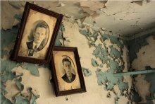 Портреты давних лет... / По рассказам жильцов этой деревни, на этих портретах владельцы дома, муж и жена.  Более обширной биографии не известно про них...  Портреты как висели в 1976 г. в этом месте, так и остались...  P.S. - Извините, вышла ошибочка с годами... В 1976 году была пристроена к дому, что то вроде кладовки для орудий труда, а сам дом построен в 1969 г.