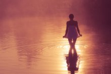 туда где льется свет... / Ты найди меня если хочешь Только ты иди туда где льется свет,  в окнах открытых... Приходи ко мне по небу ты найдешь меня по звуку ветра, стуку сердца...