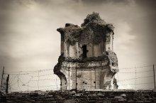 ... за стеной / г. Береза, Беларусь монастырь картезианцев 1648—89 гг. Костел св. Иосифа От храма остались лишь руины башни-колокольни, которая примыкала к костелу со стороны апсиды.  За стеной военная часть...