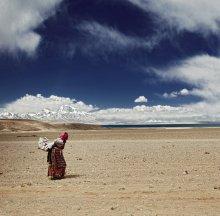 паломничество / Тибет, 50 км от Кайласа (гора в виде пирамиды 6648м) - священного места в 3ёх религиях (буддизм, индуизм, бон)  Общественного транспорта на большей части Тибета нет в принципе как вида. Местные жители редко покидают родные деревни. Если путешествуют (зачастую к святым местам) - просто идут по обочине дороги в нужном направлении. Машины сами останавливаются и подбирают попутчиков.