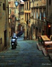 Вниз по улице, идущей вверх... / Италия.Улица древней Сиены.Где древность, история и сегодняшнее настоящее мирно соседствуют, совершенно не нарушая прав друг друга....