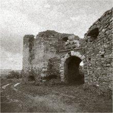 / Пидзамочек.  Замок построил Ян Бучацкий в конце XVI — начале XVII вв. Это был северный форпост родовой резиденции – Бучача.  Построен из песчаника на пологом спуске горы над рекой. Две короткие стороны — северная и южная — служили наиболее важными оборонительными узлами. С севера — это две башни и прямоугольное в плане полуразрушенное здание между ними.  В 1676 г. замок был разрушен турками и как фортификация с тех пор уже не использовался.