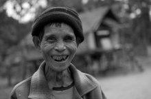"""Счастливый человек / Лаос, глухая деревня в джунглях. Жители деревни не знают электричества, кино, телевидения, книг и других """"благ"""" цивилизации. Никогда не видели белого человека, туриста. Не имеют почти ничего и им ничего и не нужно, при этом счастливые, жизнерадостные, радушные. Влюбляются, рожают детей..., живут как в раю."""