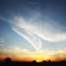 Зачем земля, когда есть небо? / Небо мольбы не ждет. Небо угроз не слышит. Небо ведет особый счет.  Небо мольбы не ждет. Небо угроз не слышит. Небо само тебя найдет.