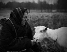 Кормилицы / Ежедневно эта пожилая женщина выводит свою козу в городской парк,кормит ее травой и подкармливает хлебом.  Коза дает ей целебное молоко.
