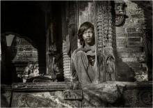 портрет / непал. старый храм весь из дерева , ему примерно около 1000 лет. Местный житель судя по одежде очень бедный , но милостыню не просил а молча наблюдал за прохожими.
