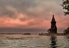 Кондопога / На окраине города Кондопоги стоит знаменитая Успенская церковь, по праву считающаяся вершиной деревянного шатрового зодчества. Не случайно специалисты называют церковь Успения в Кондопоге «лебединой песней» деревянного зодчества, так как построена она в 1774 г., когда в традиционной деревянной архитектуре уже обозначились признаки упадка.Это самая высокая из сохранившихся деревянных церквей(ее высота-42 метра)