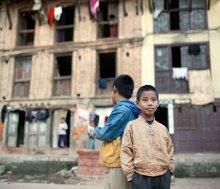 портрет / небольшие заметки на полях: в Непале дети любого возраста на всё светлое время предоставлены сами себе. Дети от трёх лет и старше играют во дворах, гуляют по улицам, изучают жизнь и рядом нет родителей, вообще нет. У родителей своя жизнь у детей своя. Интересно, что у нас возраст самостоятельной жизни детей в городе где-то лет с 6-7, в деревнях с 4-5. Интересно как с этим в Европе?