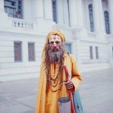 монах / Непал. Катманду. Индуистский монах с ведёрком для приношений на рыночной площади. На работе.