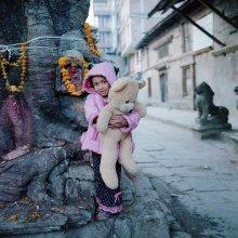 детская площадка / Непал, Катманду. В обширном дворе единственное место для игры детей большое дерево, заодно являющееся святым местом.