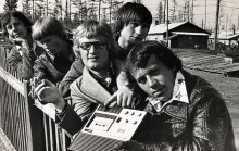 ... и отдыхаем вместе ... / бригада молодых монтажников на первомайских праздниках в поселке мостостроителей, 1979