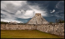 Окунувшись в тайну... / Чичен-Ица (Chichén Itzá) — политический и культурный центр майя на севере полуострова Юкатан (Мексика). Священный город народа Ица, расположен в 75 милях к востоку от города Мерида, столицы Юкатана, Мексика. В переводе с языка местных племён это название значит «Колодец племени Ица». Археологи считают его одним из религиозных «мест силы», связанных с культурой майя.    На фотографии:  «Храм Кукулькана» — 9-ступенчатая пирамида (высота 24 метра) с широкими лестницами на каждой из сторон. (В дни весеннего и осеннего равноденствий (20 марта и 21 сентября) приблизительно в три часа дня лучи солнца освещают западную балюстраду главной лестницы пирамиды таким образом, что свет и тень образуют изображение семи равнобедренных треугольников, составляющих, в свою очередь, тело тридцатисемиметровой змеи, «ползущей» по мере передвижения солнца к собственной голове, вырезанной в основании лестницы.)