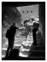 ты - мне, я - тебе... / Иерусалим. Туристы на месте раскопок древней миквы в археологическом парке Дэвидсона... Справка: миква - традиционный для религиозных евреев водный резервуар для омовения с целью очищения от ритуальной нечистоты.