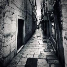 she's walking down the street / Хорватия. Улочки Сплита