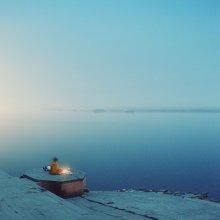 ночная беседа / Ганг, полнолуние к канун праздника красок 20 марта, монах общается со святой рекой
