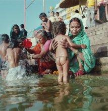 портрет / Варанаси, берег Ганга, омовение детей в святой реке святого города. Это как у нас первое причастие. Семьи со всей индии приезжают сюда произвести ритуальное омовение, смыть негативную карму (грехи) этой жизни. Привозят детей, приобщают их к обрядам и традициям.