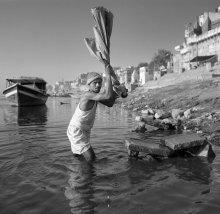 прачечная / Варанаси, Ганг, рядом с множественными паломниками на реке город продолжает жить своей обычной жизнью.
