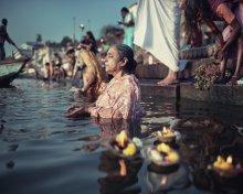 Без названия / Ну вот как можно дать название живому моменту из жизни. Только описание. Варанаси, берег Ганга, паломница молиться в реке после ритуального омовения в святых водах.