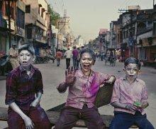 три товарища / Праздник красок, у ребят на лицах серебренная и золотая краски - особенность празднования именно в Варанаси. На пол дня вся страна участвует в безумном салюте из красок и воды, которым каждый желающий может разукрасить встречающихся на его пути прохожих.